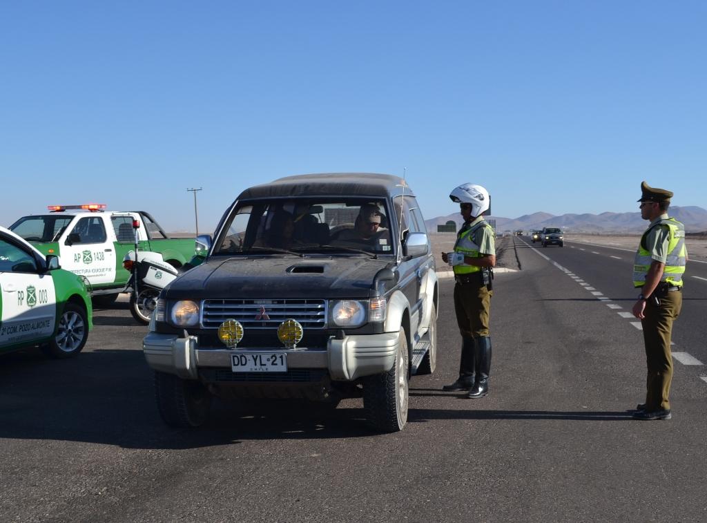 Carabineros control de carretera en Tarapaca